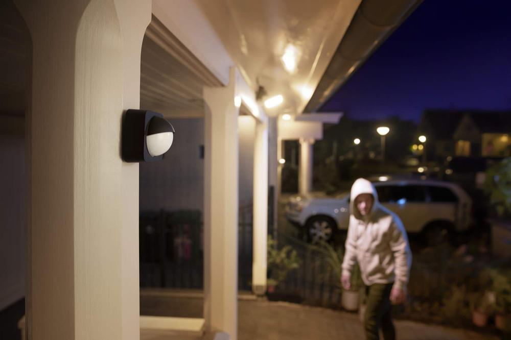 Hueblog: Montagemöglichkeiten des Hue Outdoor Sensors: Frontal und in oder an Ecken