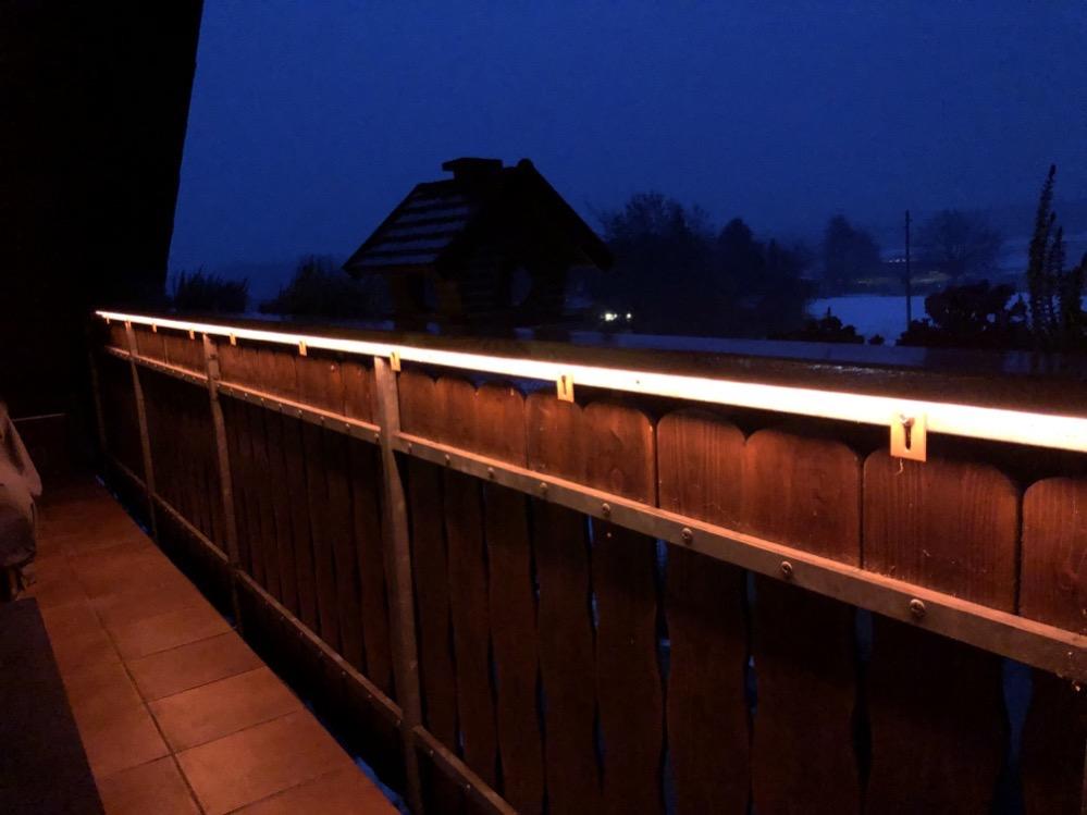 Hueblog: Zeig' dein Hue: Outdoor LightStrip am hölzernen Balkon-Geländer
