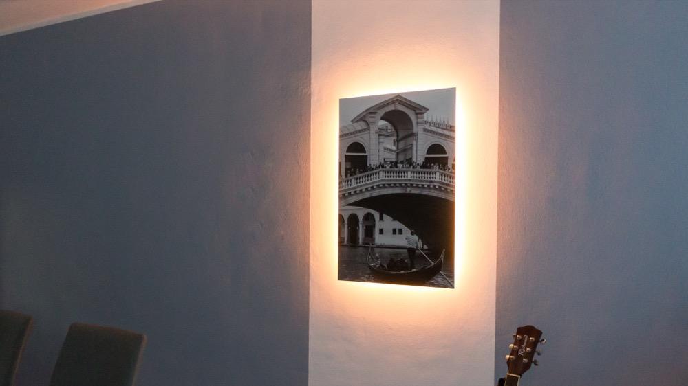 Hueblog: Zeig' dein Hue: LightStrip mit Trafo an der Wand