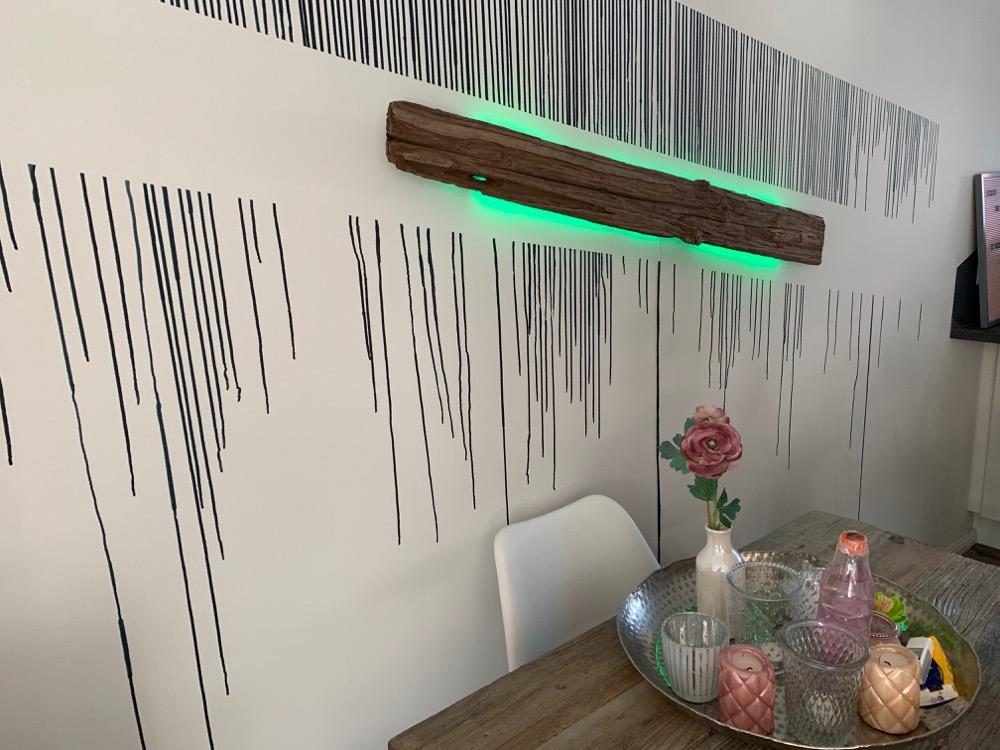 Hueblog: Zeig' dein Hue: Leuchtendes Treibholz an der Wand