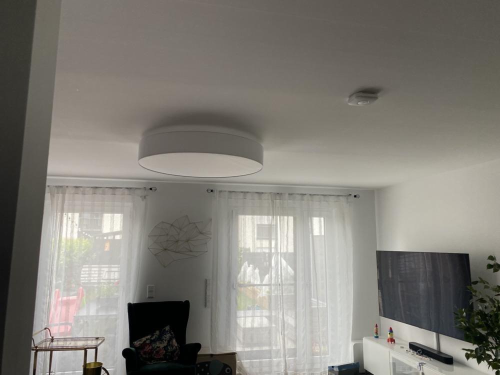 Hueblog: Mit sieben Hue-Lampen ausgestattet: Stoff-Deckenleuchte macht jedes Wohnzimmer hell